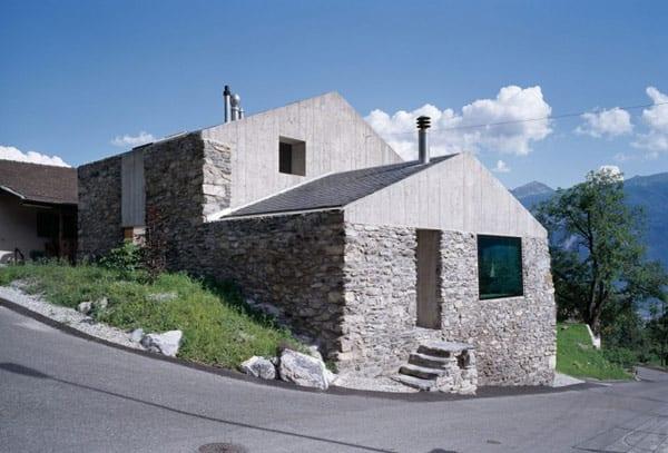 modernes haus mit sichtbetonfassaden und Solarkollektoren