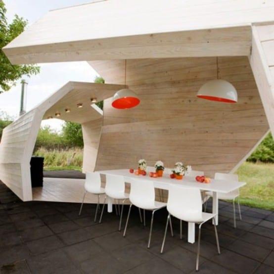 kreative Holzüberdachung mit modernen Pendelleuchten- Esstisch weiß- weiße stühle