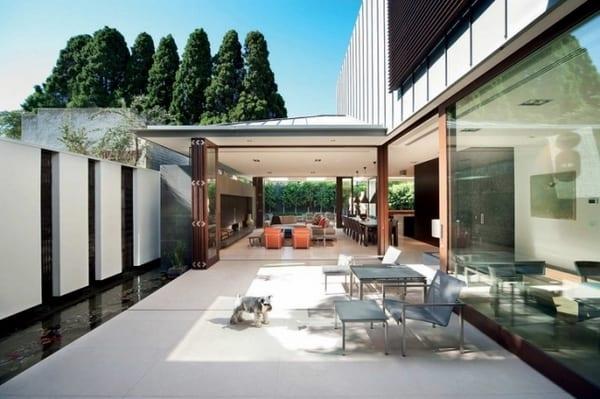 modernes haus mit panoramafenster und wohnzimmer mit schiebbare Türen