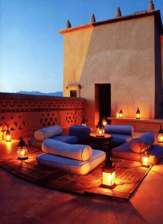Terrasse mit Teppich und Sitzkissen- Terrassendekoration mit Laternen