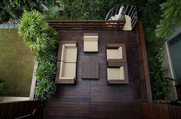 Holzterrasse mit Geländer aus Holz und Spiraltreppe
