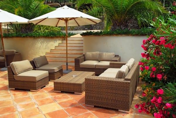 gartenideen- terrasse mit Rattanmöbeln und Sonnenschirmen