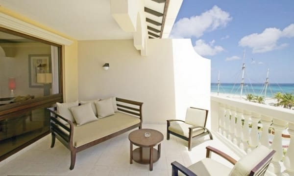 moderne Terrasse mit Terrassenmöbel aus duklem holz und weißen Wänden