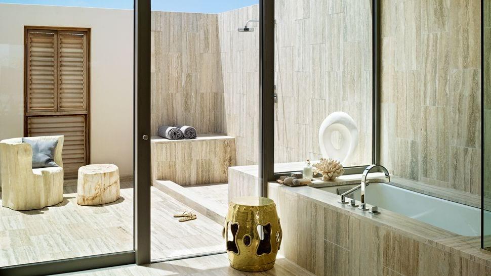 luxus badezimmer gestalten mit offener terrasse aus natursteon mit outdoor dusche