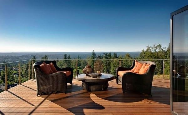 terrasse mit Holzboden und Geländer aus Metallseilen