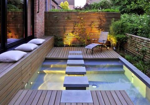 moderne terrasse mit begehbarem Tauchbecken und Holzsitzbank