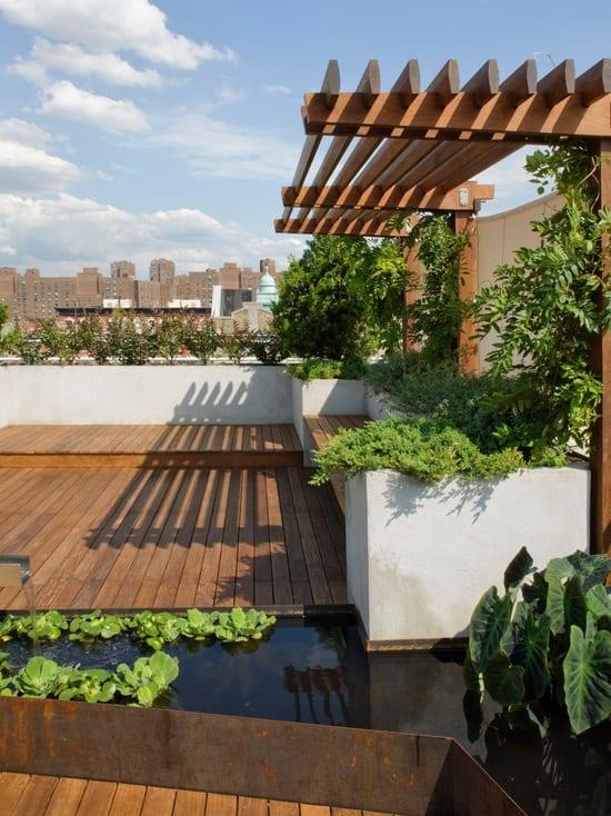 Terrasse mit Holzpodest und Wassergarten