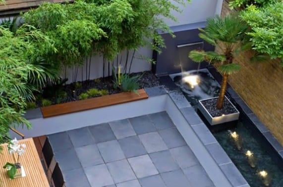 terrasse mit wandbrunnen und wasserleuchten