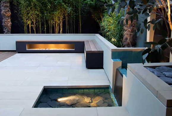 terrasse einrichten mit moderne belichtete Holzbänken und kleiner Garten