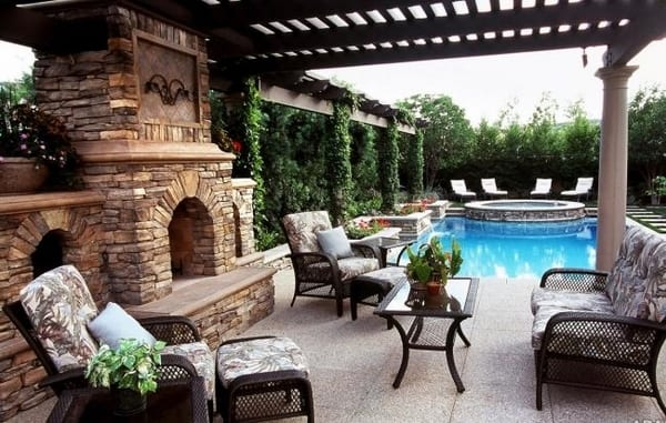 Terrasse mit natursteinplatten und Außenkamin aus Natusrtein- Gartenmöbel