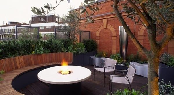 terrassengestaltung runde terrasse mit runder holzbank. Black Bedroom Furniture Sets. Home Design Ideas