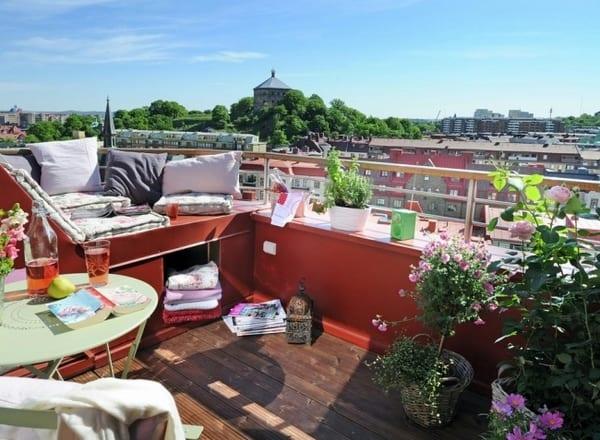 kleine Dachterrasse mit roter Sitzfläche