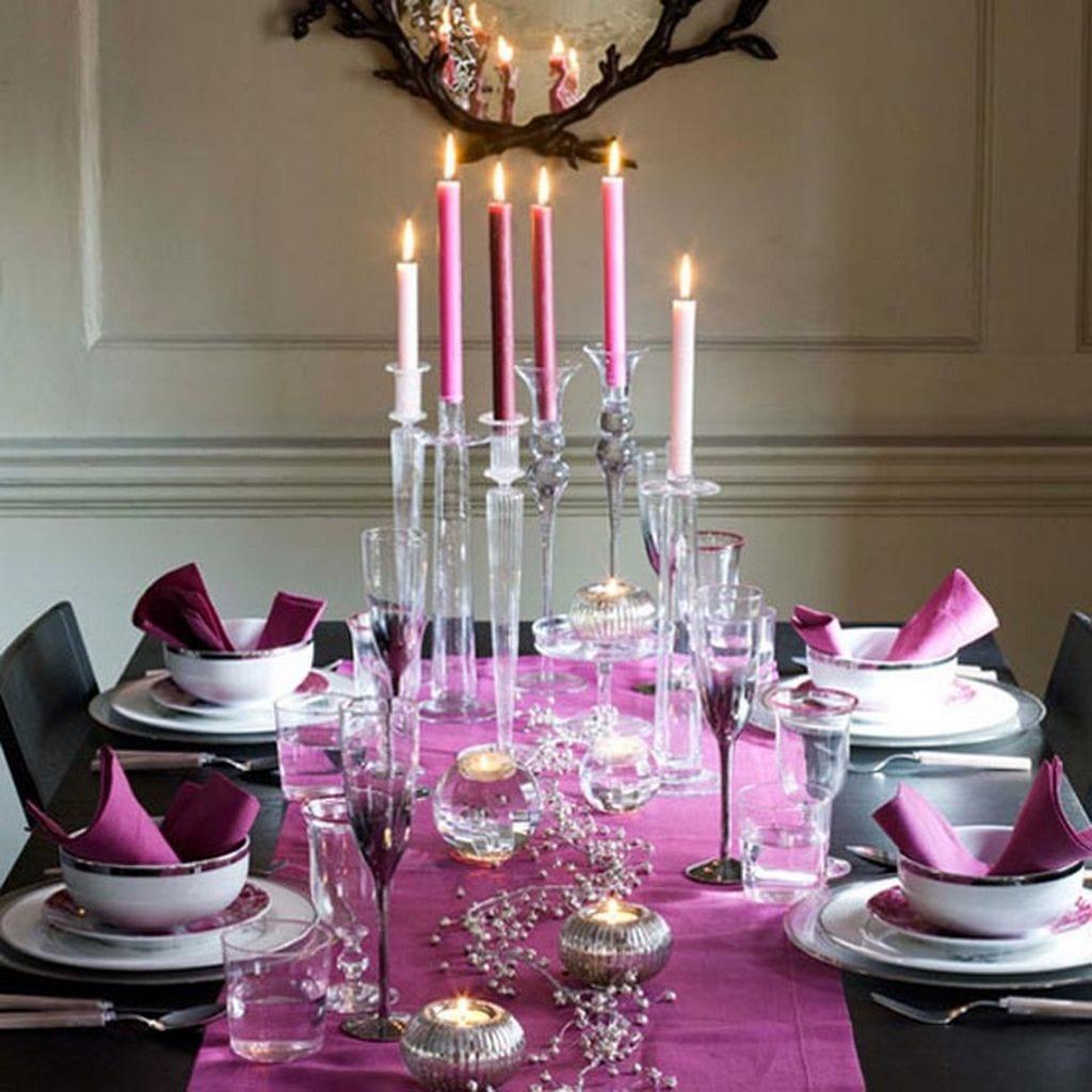 tischdeko idee mit tischdecke und kerzen in violett- schwarzer esstisch