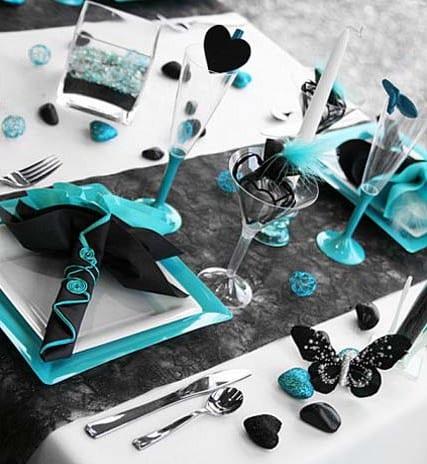 moderne tischdeko idee in blau und schwarz