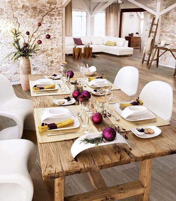 tisch eindecken- holz esstisch- moderne Wohneinrichtung in weiß mit holzboden-weiße esstisch stühle