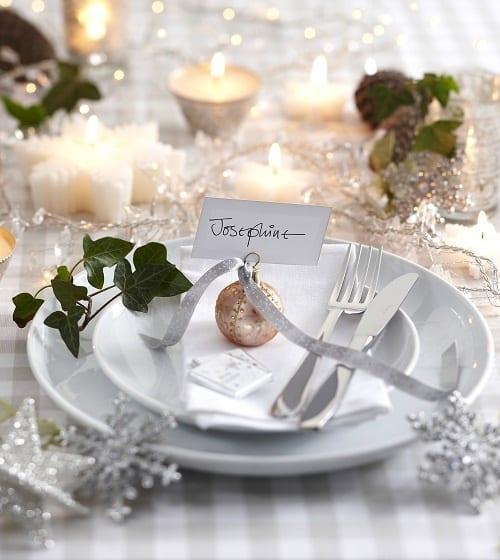 elegante tischdeko in weiß und silber