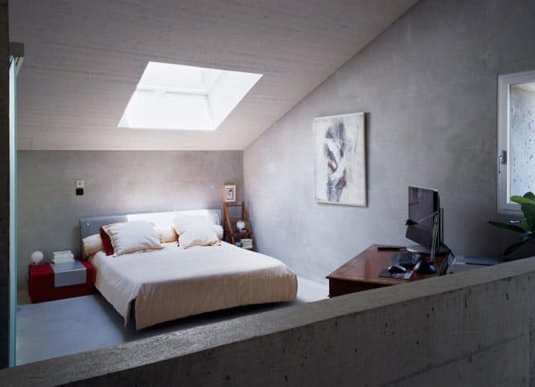 betonhaus - schlafzimmer mezzanine mit rotem nachttisch und rotem schreibtisch