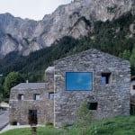 naturstein haus mit verschiedenen Fensteröffnungen