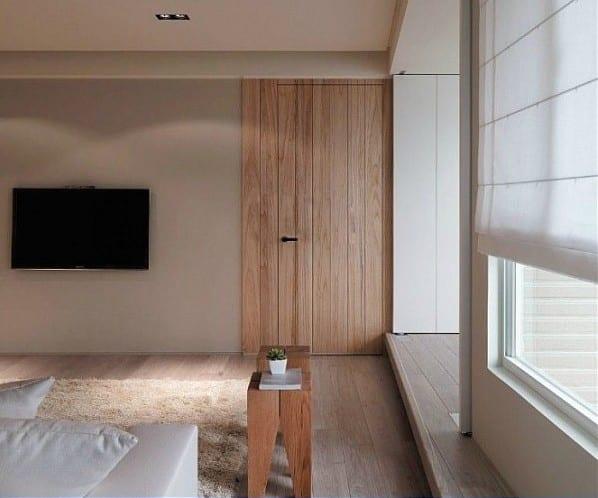 Eienrichten Wohnzimmer-Holzboden- TV an der Wand- weiße Fensterrollo aus Textil