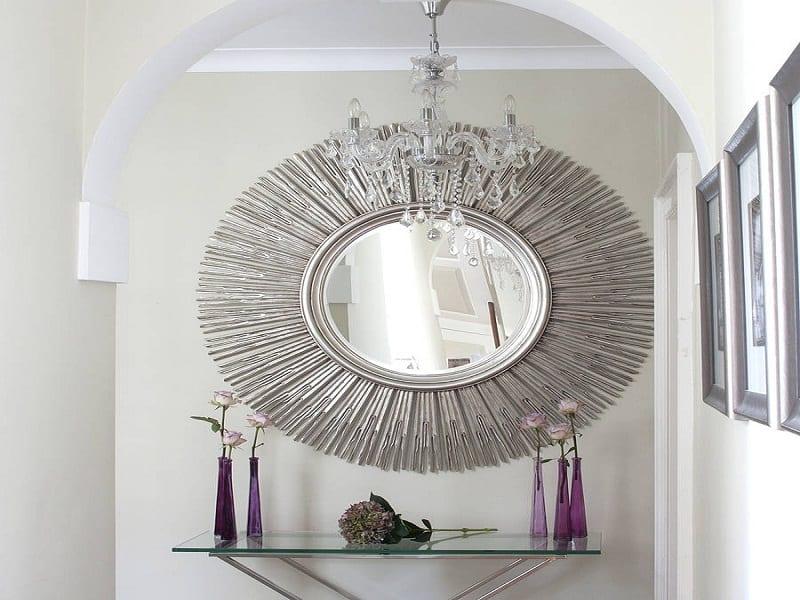 Farbgestaltung Flur- wand mit Silberspiegel als Sonne- glastisch mit vasen in violett