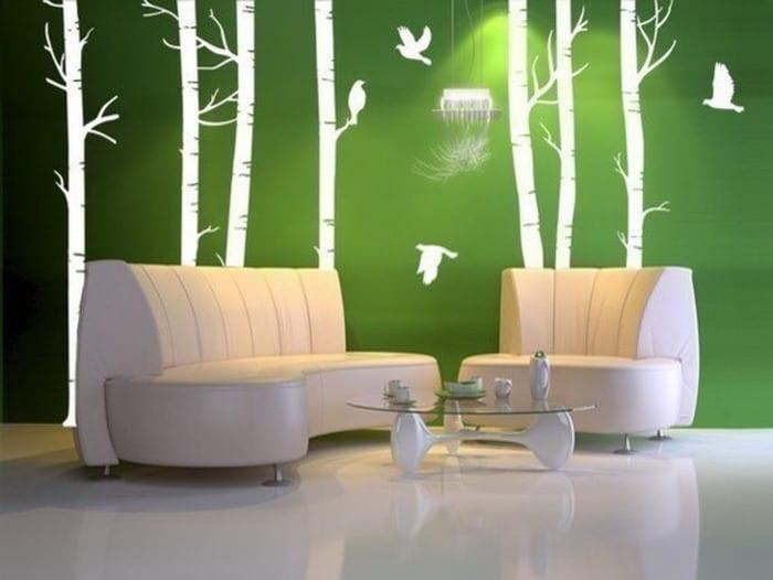 grüne wand mit weißem Wandgemälde. ledersofa weiß