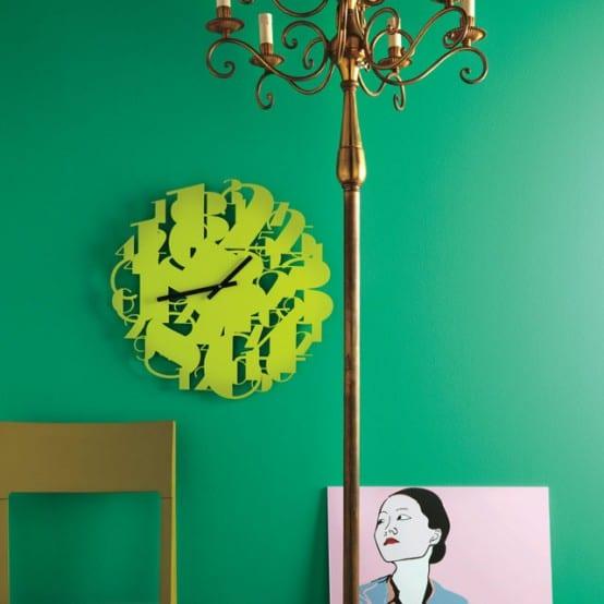 grüne wand mit ziffern-wanduhr