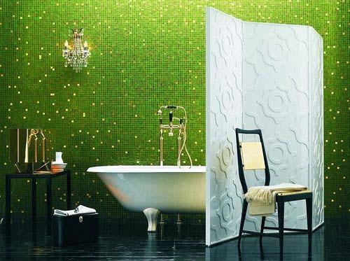 Badezimmer grüne mosaik - weißer Wandschirm- weiße freistehende badewanne