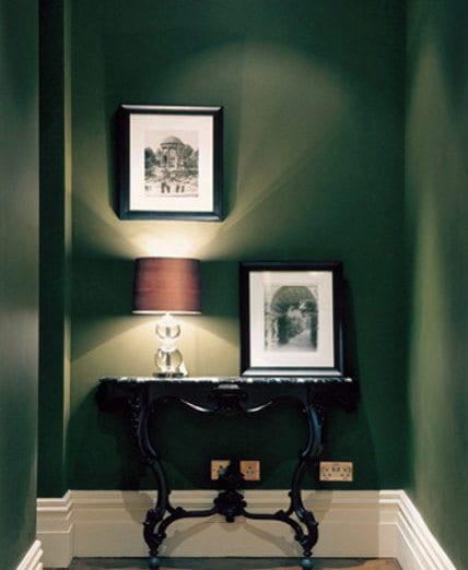 wand olivengrün - Flur farbgestaltung mit schwarzem Tisch