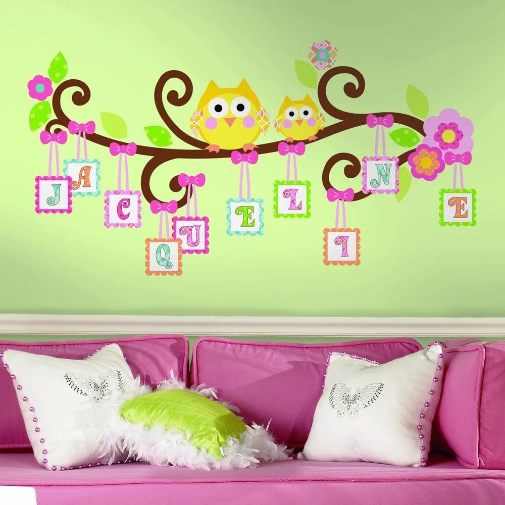 grüne wand mit buchstaben Wanddeko- rosa sofa mit weißen kissen