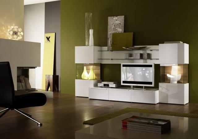 minimalistisches wohnzimmer mit weißer wohnwand und eckkamin- lederstuhl schwarz