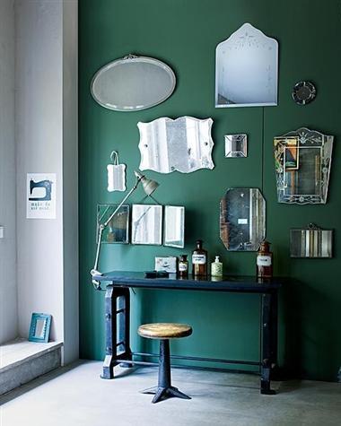Wanddekoration mit spiegeln- rustikaler schreibtisch in schwarz
