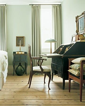 wand hellgrün - rustikale Schlafzimmer gestaltung mit holzboden und rustikale möbeln- grüne gardinen