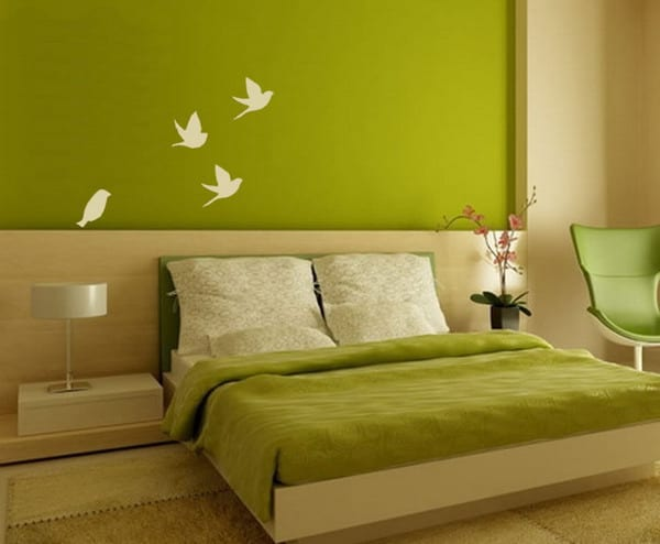 modernes schlafzimmer gestalten mit grüner betdecke und holz kopfbrett