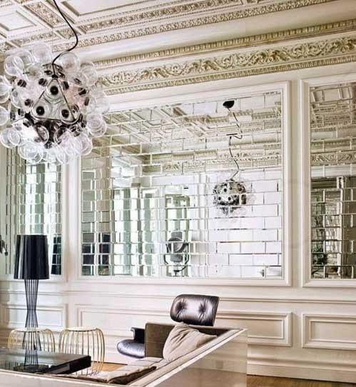 luxus wohnzimmer gestaltung mit weißen wänden und designerpendelleuchte