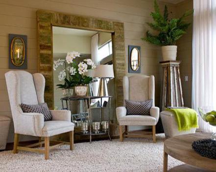 wohnzimmer gestalten mit holzwand und teppich-polstersessel in beige