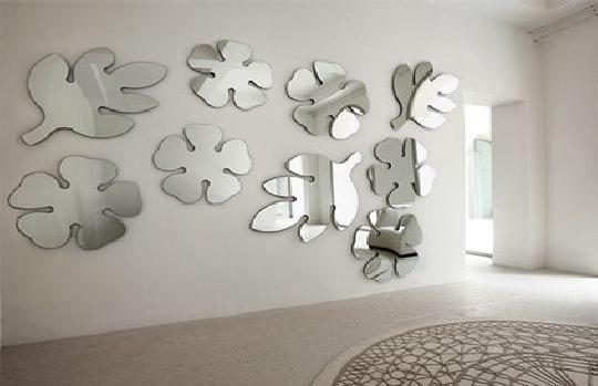 wand deko idee mit spiegeln- rundteppich grau und weiß