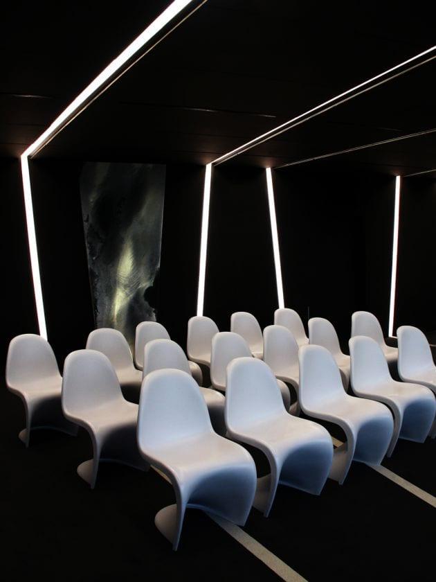 Konferenzraum einrichten- Interior Einrichtungsideen- weiße designerstühle