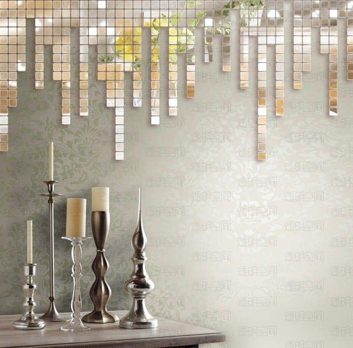 graue wandtapete mit spiegelmosaik-silberne kerzenhälter