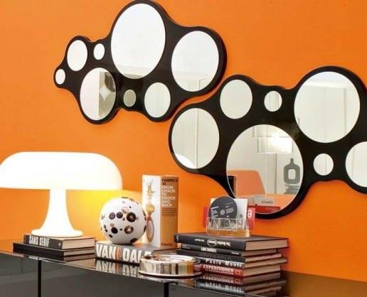 orange wand mit runden spiegeln
