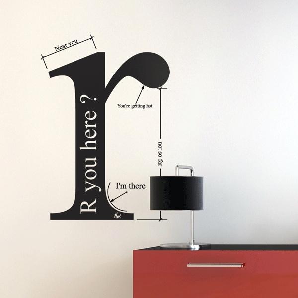 moderne wandgestaltung mit wandtattoo Buchstabe - rote kommode mit schwarze tischleuchte