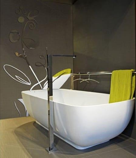 einrichten badezimmer - freisehende badewanne mit tuchständer