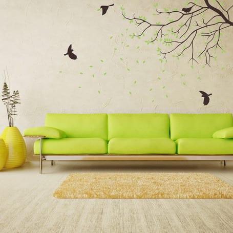 moderne wohnzimmer gestaltung- grünes sofa-gelbe vasen- wandgestaltung mit baum wandtattoo