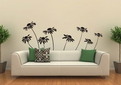 blumen wand deko- wohnzimmer einrichten mit weißer sofa und grünen kissen