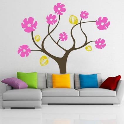 wohnzimmer einrichten - graue ledersofa mit farbigen kissen- wandtattoo baum