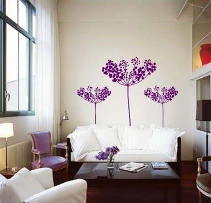 kleines wohnzimmer einrichten- lila blumen wand deko