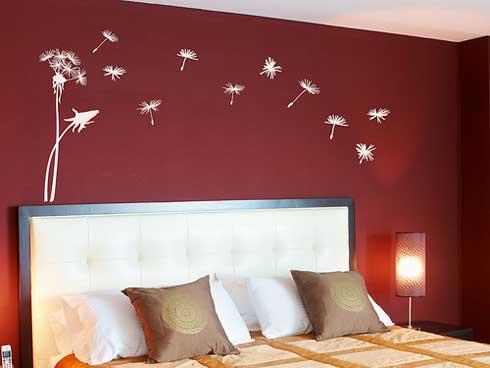 wandtattoo schlafzimmer- farbgestaltung schlafzimmer- wand in dunkelrot mit weißen blumen