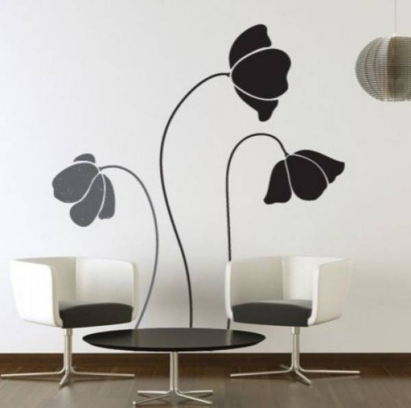 wohnzimmer einrichten idee mit wandtattoo- runder couchtisch mit weißen sesseln