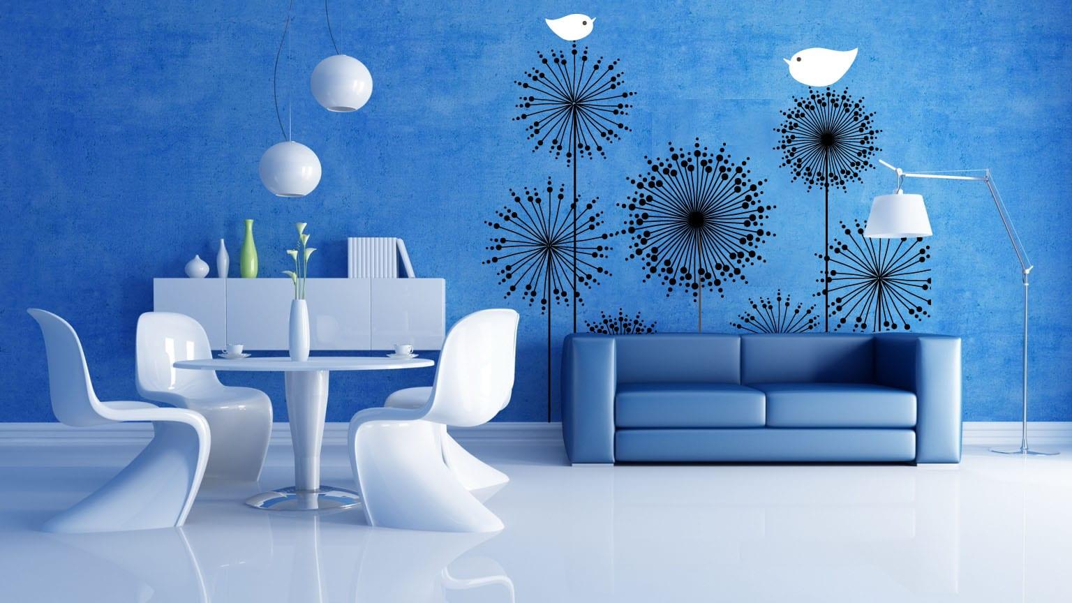farbrausch schöner wohnen - blaue wand gestaltung mit schwarzen blumen- blaue ledersofa- kunststoff stühle-weiße pendelleuchte