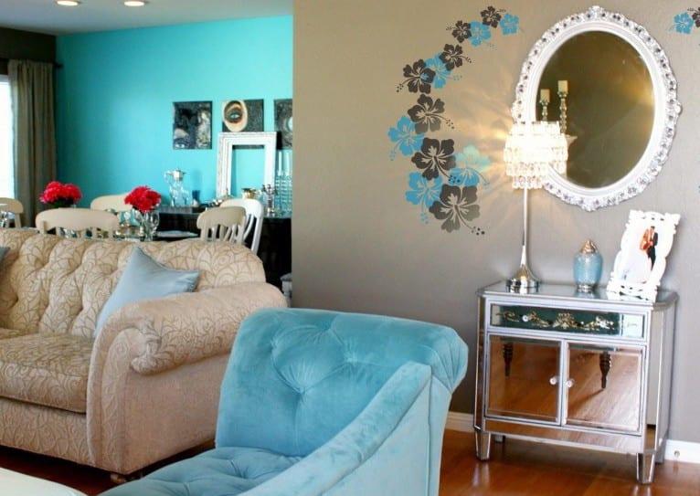 farbgestaltung wohnzimmer- wandgestaltung in blau mit blumen- sofa aus plusch