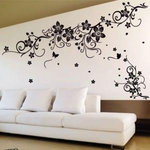 einrichten wohnzimmer in weiß - wand dekoration mit schwarzen blumen- weiße sofa